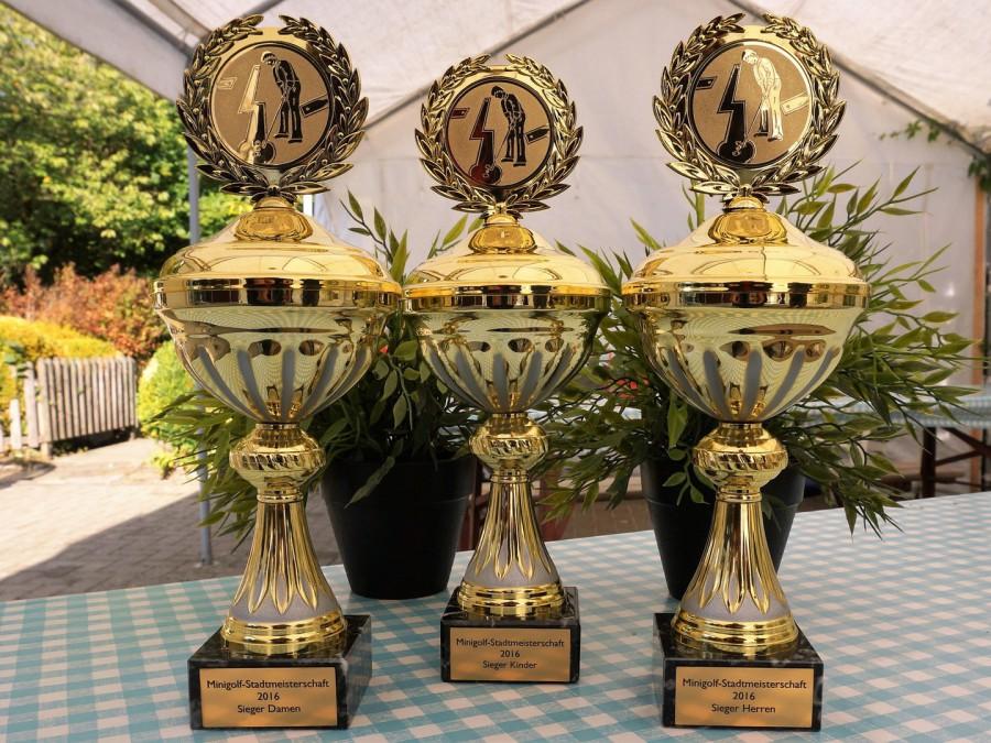 Um diese Pokale geht es bei den Stadtmeisterschaften im Minigolf auf der Freizeitanlage Almterrassen