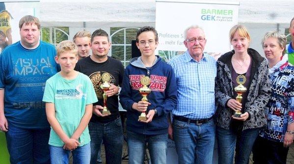Zufriedene Gewinner und Veranstalter der Minigolf-Stadtmeisterschaft 2014 auf den Almterrassen
