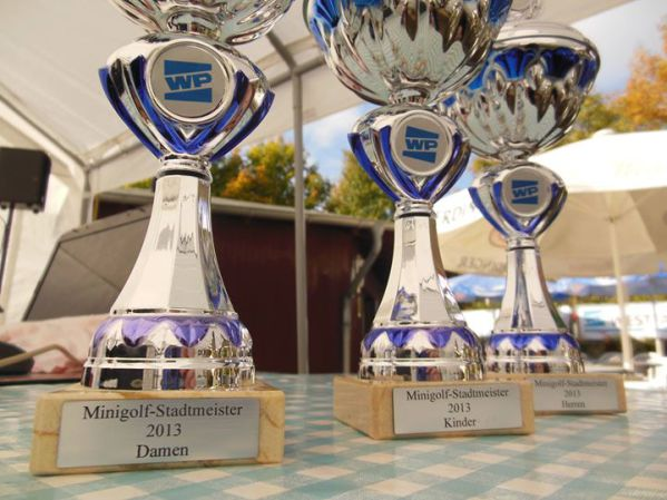 Zufriedene Gewinner und Veranstalter der Minigolf-Stadtmeisterschaft 2013 auf den Almterrassen