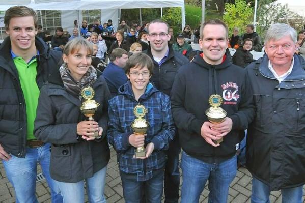 Zufriedene Gewinner und Veranstalter der Minigolf-Stadtmeisterschaft 2012 auf den Almterrassen