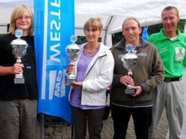 Zufriedene Gewinner und Veranstalter der Minigolf-Stadtmeisterschaft 2009 auf den Almterrassen