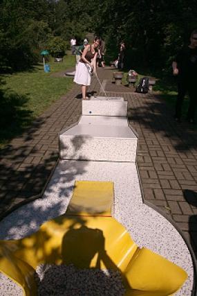 Teilnehmerin an der 1. Stadtmeisterschaft im Minigolf auf der Freizeitanlage Almterrassen in Menden