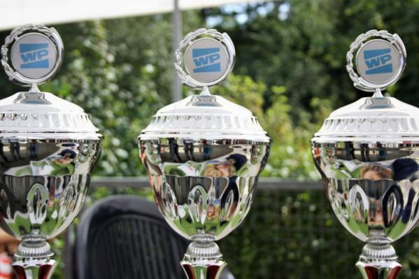 Diese Pokale der Westfalenpost bekommen die Besten der Kategorien Damen. Herren und Kinder